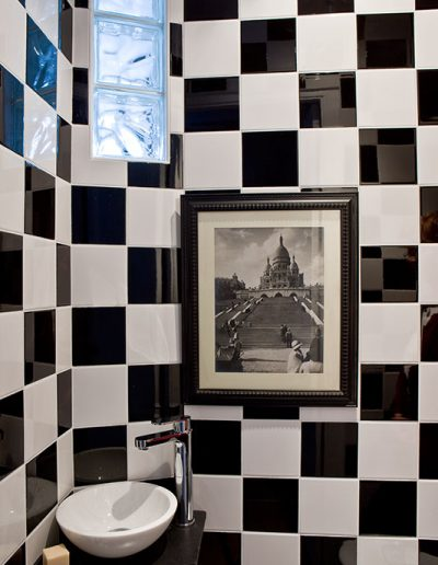 Un appartement vieillot devient une location meublée à Issy-Les Moulineaux - Buro2déco -Aménagement et décoration WC séparé-détail- noir et blanc 0013