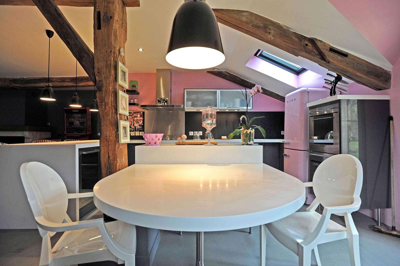 02-Cuisine gris et rose, Aménagement et décoration d'une cuisine ouverte dinatoire, meubles gris, plan de travail en corian blanc,  sol en Béton ciré gris à Saint-Illiers Le bois  - Buro2déco