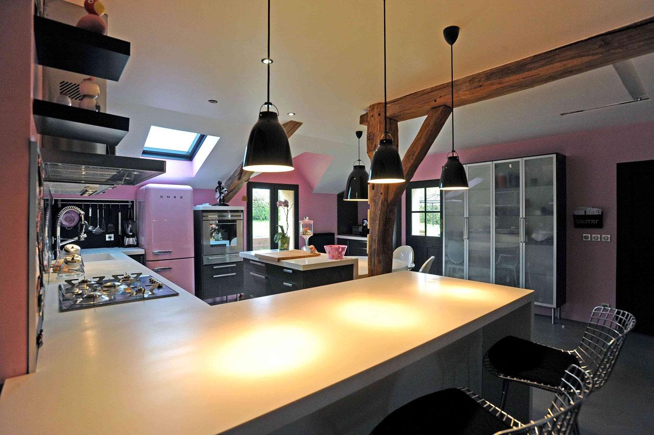 04-Cuisine gris et rose, Aménagement et décoration d'une cuisine ouverte dinatoire, meubles gris, plan de travail en corian blanc,  sol en Béton ciré gris à Saint-Illiers Le bois  - Buro2déco