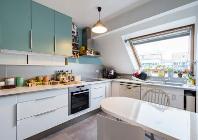 Un appartement familial en duplex aux couleurs Comics Arty, aménagement et déco d'une cuisine sous combles à Asnieres -sur-Seine 02/ Buro2Deco HomeInbox