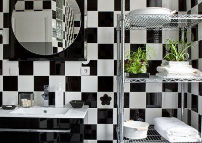Un appartement vieillot devient une location meublée à Issy-Les Moulineaux - Buro2déco -Aménagement et décoration Salle de bains noir et blanc- 0012