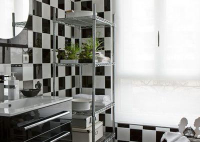 Un appartement vieillot devient une location meublée à Issy-Les Moulineaux - Buro2déco -Aménagement et décoration Salle de bains-noir et blanc- 010