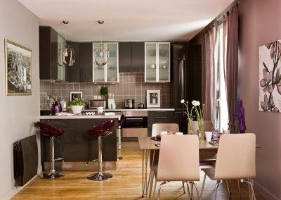 Un appartement vieillot devient une location meublée à Issy-Les Moulineaux - Buro2déco -Aménagement et décoration-cuisine ouverte dinatoire-cuisine gris laqué parquet- 007