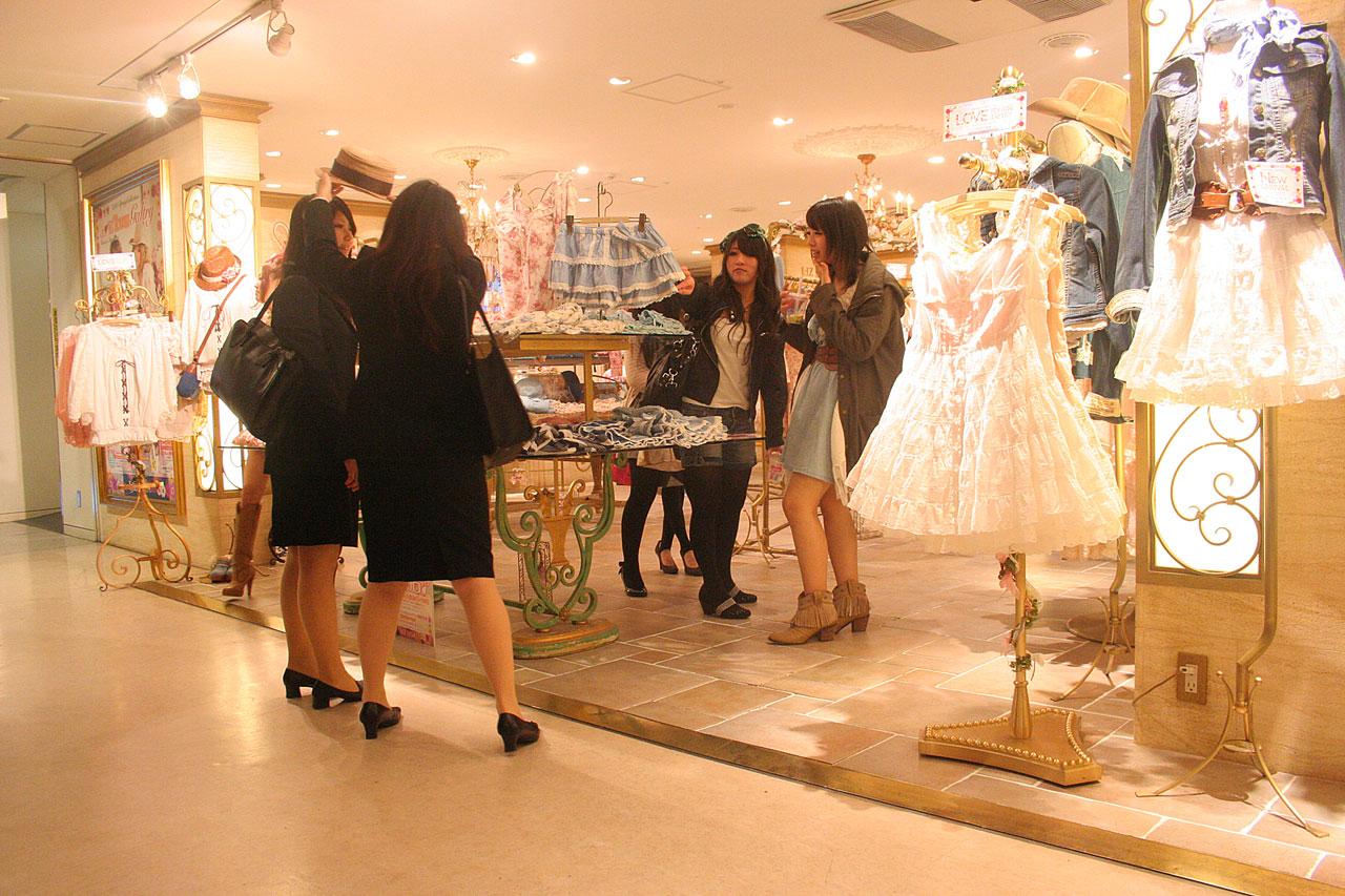 Liz Liza -1 - Styliste ensemblier-agencement et aménagement des boutiques- KOYAGI LTD-Tokyo -Buro2Déco