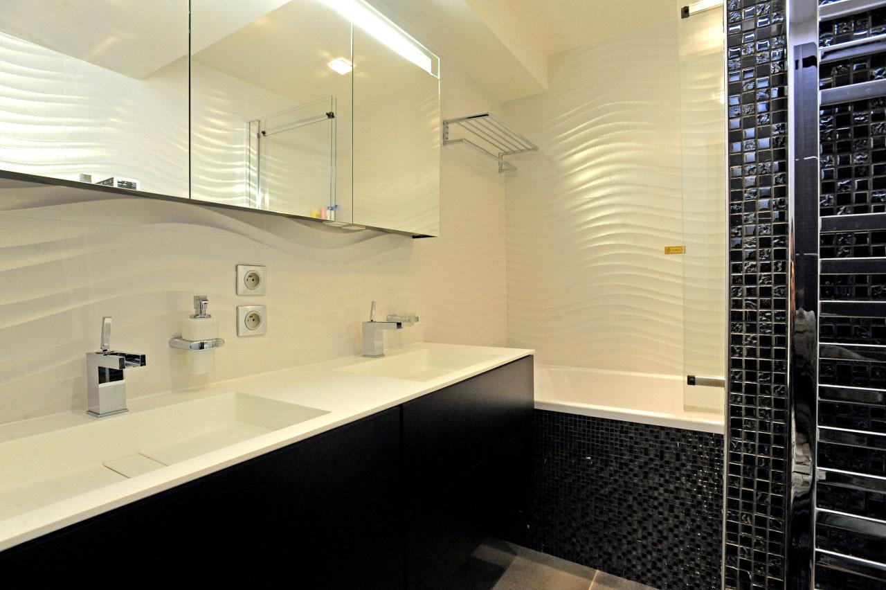 Noir et blanc, salle de bains-Aménagement et décoration d'un appartement en duplex à Boulogne-Billancourt - Buro2Déco_16