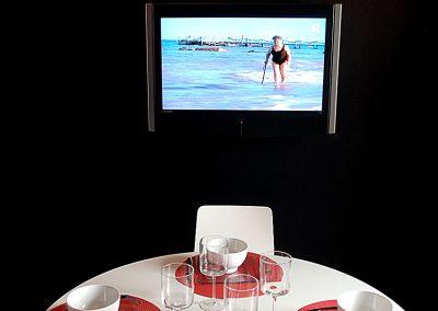 Cuisine rouge laqué, variation en noir et blanc-Restructuration aménagement et décoration d'un appartement mixte à Paris 14ème- Journal de La Maison  Mars 2010 -Buro2Déco -Crédits Photos Alen Meaulle 0012