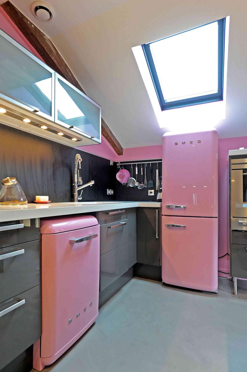 05-Cuisine gris et rose, Aménagement et décoration d'une cuisine ouverte dinatoire, meubles gris, plan de travail en corian blanc,  sol en Béton ciré gris à Saint-Illiers Le bois  - Buro2déco