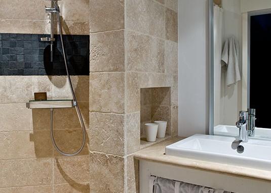 Pierre  et mosaique d'ardoise douche à l'italienne Salle de bains n2 Maison de famille BBC sur mesure BURO2DECO CABOURG TRILLARD 090123
