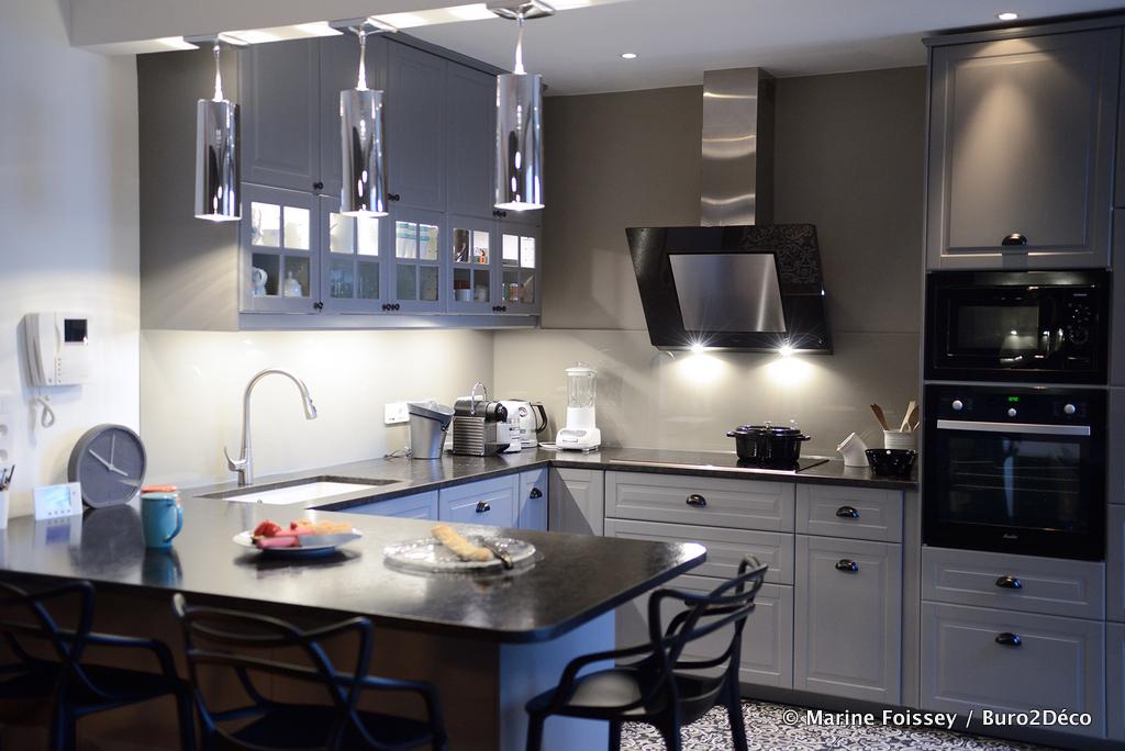 02 Cuisine noir et gris, carreaux de ciment crédence en verre laquée, Aménagement et décoration d'une cuisine ouverte dinatoire, meubles gris et plan de travail en granit patiné effet cuir à Paris - Buro2déco