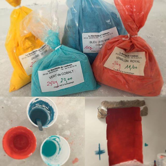 """#homemadepainting #newtest #pigments #badigeondechaux #couleur  #eauforte #alfresco #limewash #limewater #colorOn teste une autre technique d'application de la couleur """"al fresco"""" sur un support enduit puis badigeon de chaux, utilisée dans la Rome Antique pour rendre l'éclat des pigments naturels. Verdict : L'éclat du rouge vermillon est plutôt fidèle"""