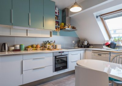 Un appartement en duplex aux couleurs Comics Arty : Aménagement et déco d'une cuisine sous-combles, à Asnières-sur-Seine 01